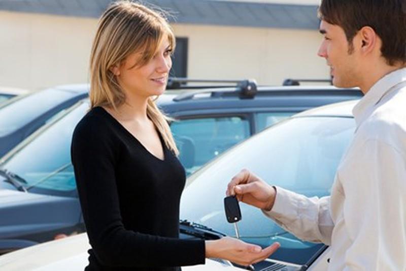Đọc ký điều khoản hợp đồng trước khi ký nhận xe.